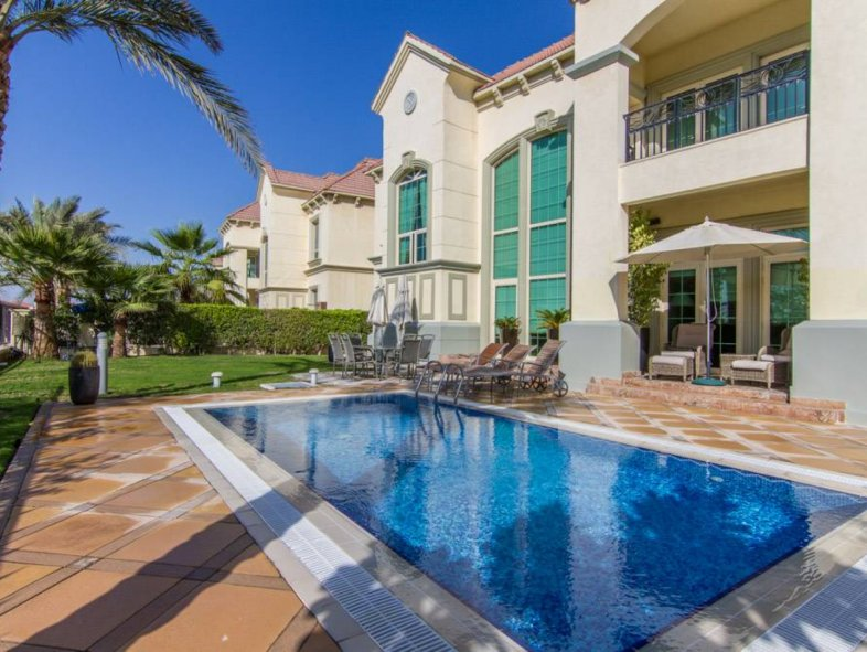 Garden Hall Villa with water view in Jumeirah Islands