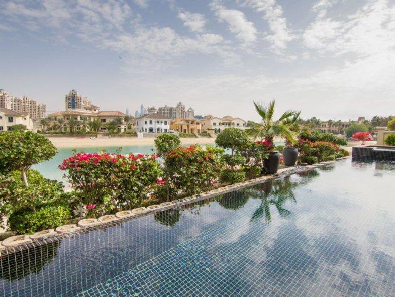 Beautifully  upgraded Garden Home Villa in Palm Jumeirah