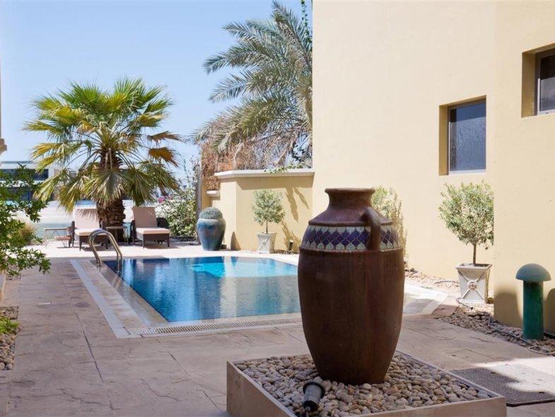 Contemporary Grand Foyer Villa on Palm Jumeirah